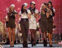 <p>Aunque era difícil eclipsar a las supermodelos casi desnudas que desfilaban por la pasarela, las Spice Girls les robaron un poquito de protagonismo en un desfile de moda de la marca Victoria's Secret, en el que comenzaron a promocionar una gira. En un pequeño aperitivo de su muy esperada gira mundial que comienza el 2 de diciembre en Vancouver, las miembros del grupo femenino británico, cuyos apodos se convirtieron en populares en la década de 1990, apartaron de los focos a modelos como Heidi Klum para cantar a pleno pulmón su éxito 'Stop' y un nuevo sencillo 'Headlines'. Photo by Mario Anzuoni/Reuters</p>
