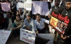 <p>Jornalistas paquistaneses fazem protesto em frente ao escritório da Geo, em Islamabad. Duas redes privadas de televisão do Paquistão, que saíram do ar depois do estado de exceção decretado pelo presidente Pervez Musharraf, afirmaram neste sábado que foram obrigadas a fechar. Photo by Faisal Mahmood</p>
