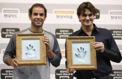 <p>Roger Federer e Pete Sampras posam para fotos durante entrevista coletiva para promover jogo de exibição entre eles em Seul, nesta segunda-feira. Photo by Jo Yong-Hak</p>