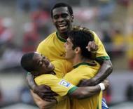 <p>O zagueiro Juan (centro) comemora com Kaká (direita) e Robinho após gol do Brasil no empate por 1 x 1 com o Peru, no domingo, em Lima. Photo by Enrique Castro-Mendivil</p>