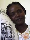 <p>Madre de niña etíope adoptada por Angelina Jolie posa junto a una publicación en Awasa, 17 nov 2008. La niña etíope adoptada por la actriz de Hollywood Angelina Jolie fue concebida luego de una violación, dijo esta semana la madre biológica de la menor. Mentwabe Dawit, madre de la pequeña Zahara de dos años, describió cómo fue atacada una tarde en el 2004 después de un día de trabajo en un sitio en construcción en el pueblo de Awasa, en el sur de Etiopía. Photo by Reuters</p>