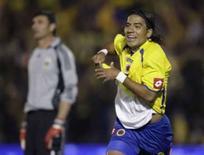 <p>Colombiano Dayro Moreno (direita) comemora gol da vitória de sua equipe por 2 x 1 sobre a Argentina, na terça-feira, em Bogotá. Photo by Jose Miguel Gomez</p>