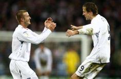 <p>Peter Crouch (direita) delebra gol junto a David Beckham, em Londres, 21 de novembro. A Inglaterra perdeu na quarta-feira em casa por 3 x 2 para a já classificada Croácia e, numa partida dramática, disse adeus às chances de classificação para a Eurocopa-2008. Photo by Eddie Keogh</p>