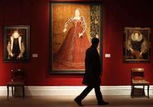 <p>O mais antigo retrato conhecido de corpo inteiro da rainha Elizabeth 1a, que teria sido encomendado para ajudar a monarca inglesa a 'se divulgar' para potenciais pretendentes, foi vendido por 2,6 milhões de libras (5,3 milhões de dólares). Foto de 16 de novembro em Londres. Photo by Stephen Hird</p>