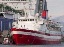 <p>O navio MV Explorer no porto de Genoa, Itália, em outubro. Quase todas as 154 pessoas, entre passageiros e tripulação, foram salvas e levadas para botes salva-vidas após o cruzeiro em que estavam ter começado a afundar no oceano Antártico, informou nesta sexta-feira um funcionário da guarda costeira britânica. Photo by Stringer</p>