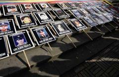<p>Posteres com as fotos das pessoas sequestradas pelas Farc em Bogotá. O presidente venezuelano, Hugo Chávez, disse que lamenta a decisão de Alvaro Uribe de encerrar a mediação feita por ele para a libertação sequestrados pelas Farc. 22 de novembro. Photo by Jose Miguel Gomez</p>