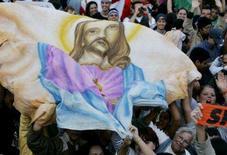 <p>Cristãos seguram retrato de Jesus Cristo em foto de arquivo. A Bíblia não o menciona, mas a trama de um filme de fantasia ambientado na Índia dá a Jesus Cristo um irmão gêmeo -- e do mal. Photo by Paulo Whitaker</p>