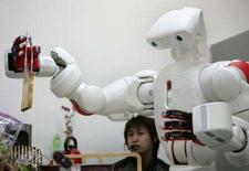 <p>Robô Twendy-One serve torradas na Universidade de Waseda, em Tóquio. Um robô branco pérola que se parece um pouco com o personagem de ficção ET ajudou um homem a se levantar da cama, trocou cortesias com ele e o ajudou a preparar seu café da manhã. Photo by Michael Caronna</p>