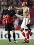<p>Luisão, do Benfica, troca camiseta com Kaká, do Milan, em Lisboa, 28 de novembro. Detentor do título da Liga dos Campeões, o Milan garantiu uma vaga na fase eliminatória da competição com um empate por 1 x 1 com o Benfica na quarta-feira. Photo by Nacho Doce</p>