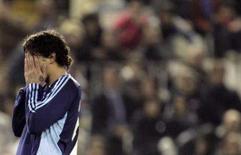 <p>Carlos Grossmuller, do Schalke 04, lamenta oportunidade perdida, em Valência, 28 de novembro. Com dez homens em campo, o Valencia viu sua esperança na Liga dos Campeões acabar após o empate sem gols em casa com o Schalke 04 no Grupo B nesta quarta-feira. Photo by Susana Vera</p>