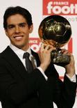 <p>O jogador brasileiro Kaká, do Milan, recebeu neste domingo o troféu Bola de Ouro 2007 da revista especializada France Football. Photo by Benoit Tessier</p>