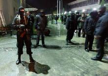 """<p>Полиция несет службу во время проведения операции по закрытию телеканала """"Имеди"""" в Тбилиси 7 ноября 2007 года. Оппозиционный грузинский телеканал """"Имеди"""" вернется в эфир не позже 8 декабря согласно решению регулирующих органов, сообщил Рейтер премьер-министр Грузии Ладо Гургенидзе. (REUTERS/David Mdzinarishvili)</p>"""