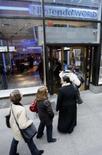 <p>Consumidores fazem fila para comprar o console Wii, na loja da Nintendo em Manhattan. O console de videogame da Nintendo Wii foi o produto mais procurado em novembro, segundo um levantamento com compradores online britânicos, divulgado nesta quarta-feira. Photo by Brendan Mcdermid</p>