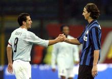 <p>Il calciatore dell'Inter Zlatan Ibrahimovic (d) tende la mano al capitano della Lazio Luciano Zauri al termine della partita a San Siro. REUTERS/Giampiero Sposito</p>