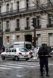 <p>Французская полиция на месте взрыва бомбы в Париже 6 декабря 2007 года. Один человек погиб и несколько получили ранения в результате взрыва бомбы в посылке, пришедшей в один из офисов в центре Парижа. (REUTERS/Benoit Tessier)</p>