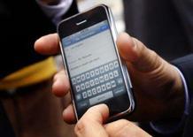 <p>Homem manuseia o teclado digital do iPhone da Apple. Mike de la Cruz, vice-presidente sênior da gigante alemã de software SAP, mostra a mais recente arma do executivo que viaja a negócios: seu iPhone. Photo by Mike Segar</p>