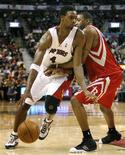 <p>Toronto Raptors forward Chris Bosh drives to the basket against Houston Rockets guard Tracy McGrady (R) during the second half of their NBA basketball game in Toronto, December 9, 2007. REUTERS/ Mike Cassese</p>