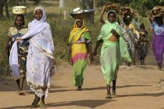 <p>Rifugiati del Darfur trasportano merci. REUTERS/David Lewis</p>