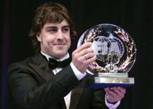<p>O piloto espanhol de Fórmula 1, Fernando Alonso, segura troféu da FIA pelo terceiro melhor desempenho durante a premiação da entidade, no México. Nelsinho Piquet fará sua estréia na Fórmula 1 em 2008 como parceiro do espanhol bicampeão mundial Fernando Alonso. A Renault anunciou nesta segunda-feira a contratação da dupla para a próxima temporada. Photo by Lionel Cironneau</p>