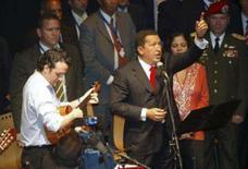 <p>O presidente venezuelano Hugo Chávez canta durante encontro cultural em Buenos Aires. O presidente venezuelano, Hugo Chávez, ameaçou nesta terça-feira cortar as relações comerciais de seu país com a Colômbia, em mais um episódio da grave crise diplomática entre as duas nações. Photo by Stringer</p>