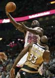 <p>Pivô do Miami Heat Shaquille O'Neal (32) arremessa em partida contra o  Washington Wizards, de Brendan Haywood, em partida da NBA na quinta-feira. Photo by Marc Serota</p>