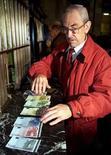 <p>Los españoles no han interiorizado totalmente el valor de un euro, lo que lleva a que a menudo dejen demasiada propina y contribuye a la sensación de que la vida está más cara, según afirmó el sábado el vicepresidente del Gobierno y ministro de Economía, Pedro Solbes. En esta imagen de archivo, un hombre despliega billetes de euro en el Banco de España en Madrid el 1 de enero de 2002. REUTERS/Andrea Comas</p>