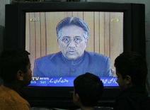 <p>Дети смотрят телеобращение президента Пакистана Первеза Мушараффа в Исламабаде 15 декабря 2007 года. Мушарраф в субботу отменил режим чрезвычайного положения и возобновил действие конституции, вызвав у Запада надежды на стабилизацию ситуации в стране. (REUTERS/Mian Khursheed)</p>