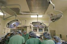<p>Immagine d'archivio di medici in sala operatoria. REUTERS/Lucas Jackson (UNITED STATES)</p>