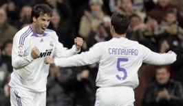 <p>Atacante do Real Madrid Ruud van Nistelrooy (esquerda) comemora um gol marcado por ele com o companheiro de equipe Fabio Cannavaro durante partida do Campeonato Espanhol contra o Osasuna, no domingo. Photo by Paul Hanna</p>