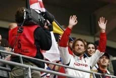 <p>Piloto britânico Jenson Button acena para o público durante a Corrida dos Campeões, numa pista montada dentro do estádio de Wembley, no fim de semana. Photo by Stephen Hird</p>