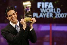 <p>Brasileiro Kaká ergue troféu da Fifa de melhor jogador de 2007 em cerimônia em Zurique. Kaká coroou nesta segunda-feira uma temporada recheada de títulos, entre eles o Mundial de Clubes e a Liga dos Campeões da Europa pelo Milan. Photo by Christian Hartmann</p>