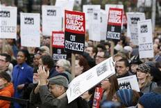 <p>A rally to support the striking Writers Guild of America in New York, November 27, 2007. The Academy Awards presentation is still two months away but the world's top film awards ceremony found itself embroiled on Tuesday in the worst Hollywood labor clash in two decades. REUTERS/Lucas Jackson</p>