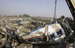 <p>Um trem expresso paquistanês, lotado de passageiros em férias, descarrilou na madrugada de quarta-feira, matando 58 pessoas e ferindo mais de 120. Photo by Akram Shahid</p>