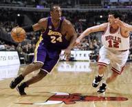 <p>Ala do Los Angeles Lakers Kobe Bryant (esquerda) parte para cima da marcação do jogador do Chicago Bulls Kirk Hinrich durante partida da NBA na noite de terça-feira. Photo by Frank Polich</p>
