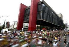<p>Participants of the Sao Silvestre International Race run past the Art Museum of Sao Paulo in Sao Paulo December 31, 2006. Thieves stole two oil paintings by Pablo Picasso and Brazilian painter Candido Portinari from the museum on Thursday, a spokeswoman said. REUTERS/Caetano Barreira</p>