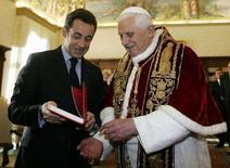 <p>Papa Benedetto XVI con il presidente francese Nicolas Sarkozy in Vaticano. REUTERS/Alberto Pizzoli/Pool</p>
