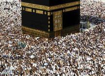 <p>Milhares de muçulmanos circundam a Kaaba, preservada dentro da Grande Mesquita, em Meca. A polícia saudita entrou em alerta máximo na sexta-feira, quando milhões de muçulmanos se apressam em concluir um dos últimos rituais da peregrinação anual do haj, num momento habitualmente propenso a acidentes. Photo by Ali Jarekji</p>