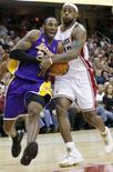 <p>LeBron James marcou 33 pontos e superou Kobe Bryant no último minuto do jogo em que o Cleveland Cavaliers venceu em casa, na quinta-feira, contra o Los Angeles Lakers por um placar de 94 a 90. Photo by Aaron Josefczyk</p>