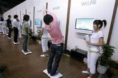 <p>Dei ragazzini giocano con la consolle Wii di Nintendo. REUTERS/Yuriko Nakao</p>