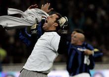 <p>O goleiro da Internazionale, Júlio Cesar, comemora fim da partida contra o Milan. A líder do campeonato virou o jogo e venceu o rival Milan por 2 a 1 no domingo e ampliou a vantagem sobre o Roma para sete pontos. Photo by Alessandro Bianchi</p>