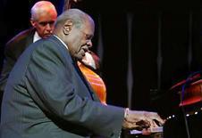 <p>Oscar Peterson, quien por décadas fue considerado uno de los mejores pianistas del mundo del jazz por su virtuosismo y sus veloces solos, falleció el domingo a los 82 años por un problema renal, reportó el lunes la cadena de televisión Canadian Broadcasting Corp. Peterson, unos de los músicos de jazz más destacados, como figura central o en labores de acompañamiento, surgió de un entorno de clase trabajadora de Montreal para llegar a convertirse en una importante influencia en varias generaciones de músicos de primera categoría. Photo by Arc/Reuters</p>