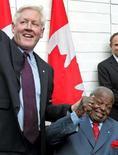 <p>L'ex premier dell'Ontario Bob Rae (sinistra) si congratula con il jazzista canadese Oscar Peterson. REUTERS/J.P. Moczulski</p>