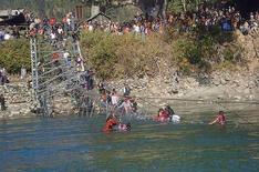 <p>Люди пытаются выбраться из воды, после того как мост обрушился в реку Бхери на западе Непала 25 декабря 2007 года. По меньшей мере шесть человек погибли и десятки пропали без вести в результате обрушения моста в реку неподалеку от деревни Чхинчу в Непале во вторник, сообщила полиция. (REUTERS/Moti Paudel)</p>