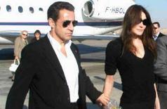 <p>Президент Франции Николя Саркози со своей новой подругой - певицей и моделью Карлой Бруни в аэропорту Луксора 25 декабря 2007 года. Президент Франции Николя Саркози прибыл в Египет с частным визитом в сопровождении своей новой подруги - супермодели и певицы Карлы Бруни. (REUTERS/ Ahmed Ali)</p>