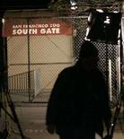 <p>Un tecnico televisivo accanto a un ingresso dello Zoo di San Francisco. REUTERS/Robert Galbraith</p>