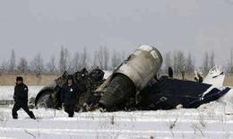 <p>Сотрудники службы охраны аэропорта Алма-Аты на месте крушения самолета 26 декабря 2007 года. Один человек погиб при взрыве самолета частной немецкой авиакомпании Jet Connection в ночь на среду: бизнес-джет, на борту которого находилось четыре человека, врезался в железобетонный забор при взлете из аэропорта Алма-Аты, сообщило Министерство Республики Казахстан по чрезвычайным ситуациям. (REUTERS/Pavel Mikheev)</p>