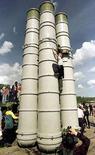 <p>Мальчик карабкается на зенитно-ракетный комплекс С-300 в городе Пушкин 13 августа 2000 года. Россия поставит Ирану зенитно-ракетные комплексы С-300, цитируют иранские СМИ слова министра обороны Ирана Мостафы Мохаммада Наджара. (REUTERS/ALEXANDER DEMIANCHUK)</p>