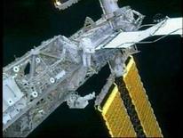 <p>Gli astronauti Dan Tani (sinistra) e Peggy Whitson all'esterno della Stazione spaziale internazionale. REUTERS/NASA</p>