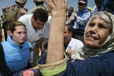 <p>Angelina Jolie parla con una donna irachena in sedia a rotelle al campo rifugiati improvvisato di Al Waleed. REUTERS/Morris Bernard/Courtesy UNHCR/Handout (IRAQ)</p>
