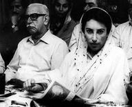 <p>Архивное фото экс-премьера Пакистана Беназир Бхутто (справа) с бывшим главнокомандующим страны Тикка Ханом, 23 мая 1986 года. May 23, 1986, file photo. идер пакистанской оппозиции, экс-премьер-министр страны Беназир Бхутто скончалась от ран, полученных в результате покушения во время предвыборной демонстрации, сообщили в четверг представители ее партии. (REUTERS/Zahid Hussein/Files)</p>